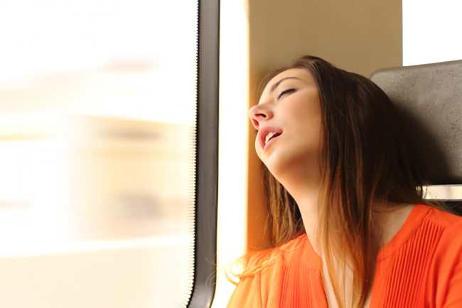 夜行バスで快適に寝ている女性