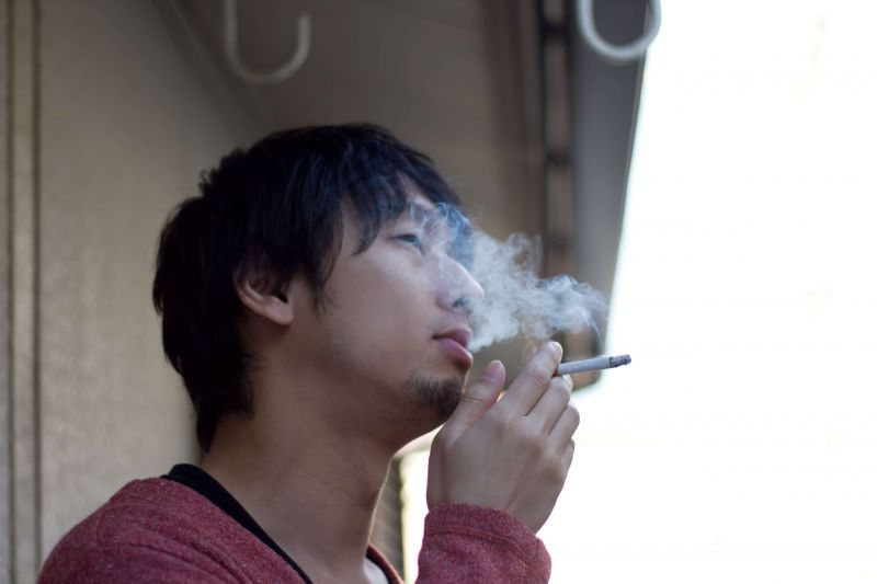 喫煙する男性