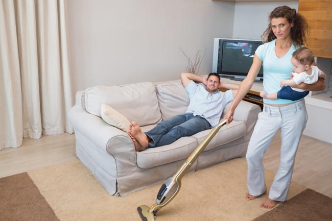 自宅のハウスダストを防ぐため掃除している主婦