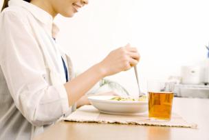 デブ菌を減らして痩せ菌を増やす食べ方をしている女性