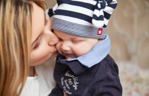 赤ちゃんを守るお母さん
