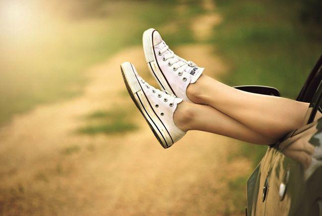 靴を履いている足