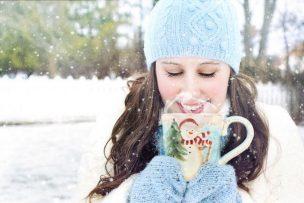 冷え症改善に効く飲み物を飲んでいる女性