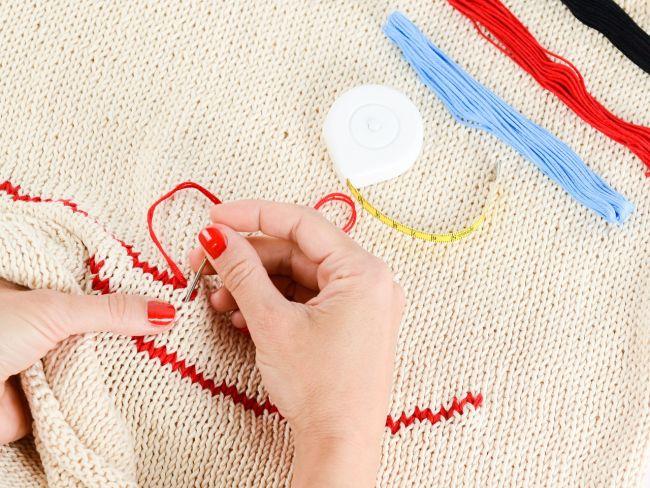 指がこわばる編み物をしている画像
