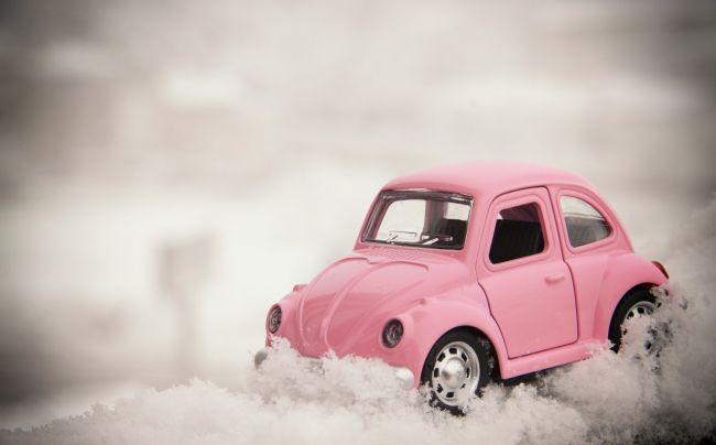 雪道を運転している車