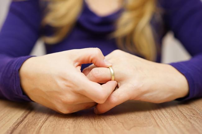 旦那の浮気で離婚か再構築か悩んでいる女性