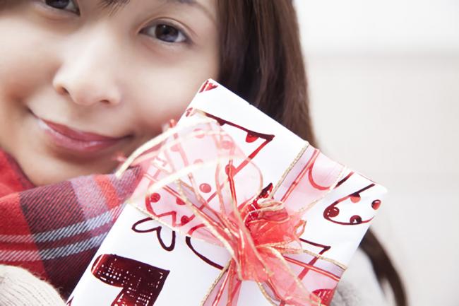 バレンタインデーにチョコを渡そうとしている女性
