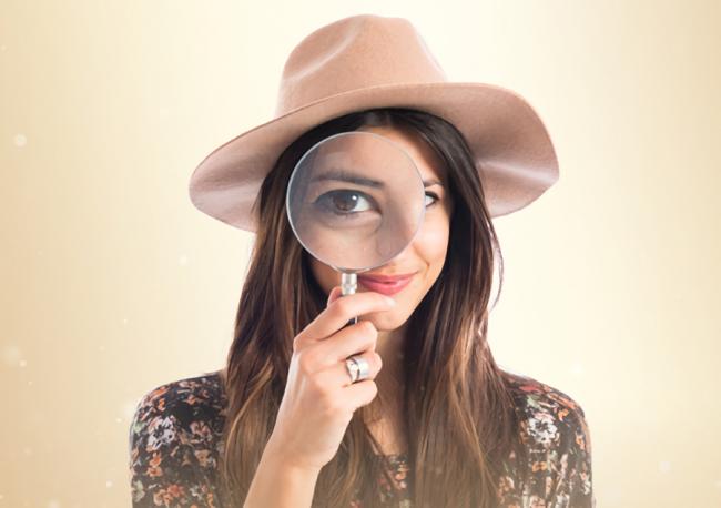 探偵に浮気調査を依頼している女性