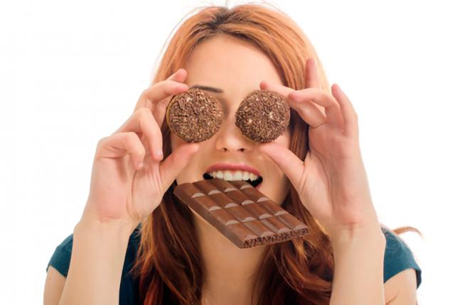 ダイエットができないお菓子ばかり食べている女性