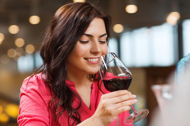 女性が赤ワインを飲んでいる様子