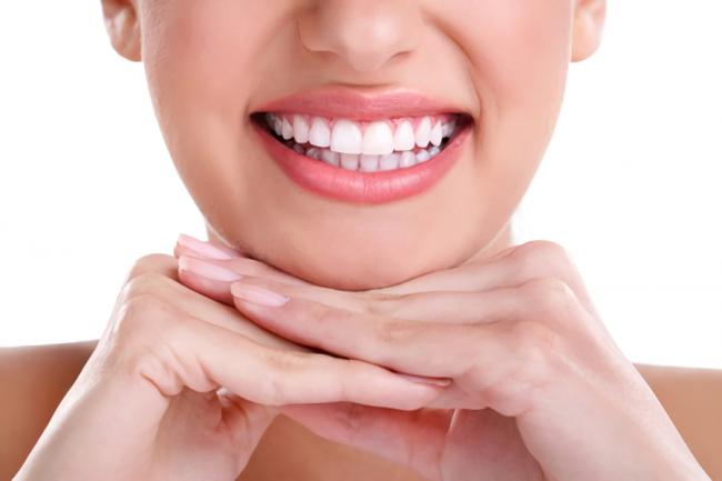 ホワイトニング効果で歯が綺麗な女性