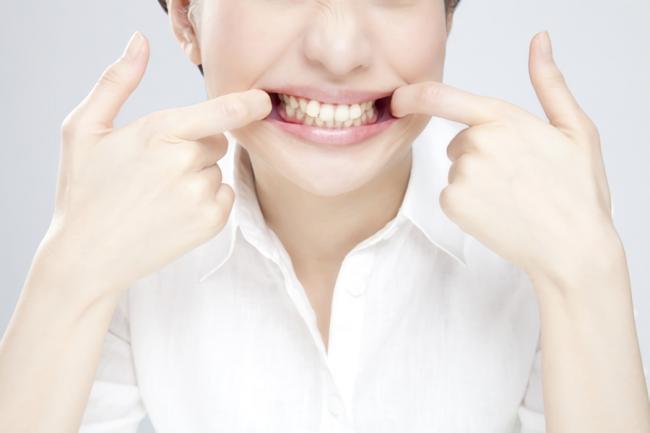歯をきれいにしている女性