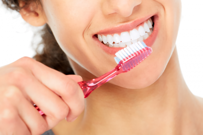 ディノベートで歯を磨いている女性の口元