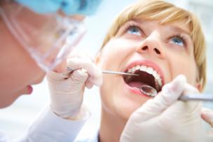 虫歯で治療を受けている女性