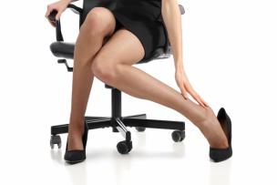 デスクワークで足がむくんでいる女性