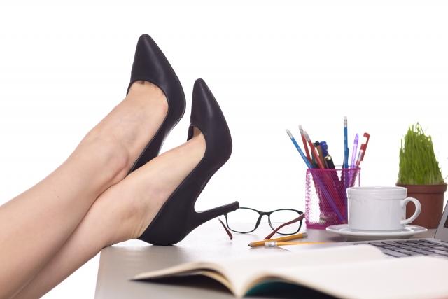 デスクワークの女性の脚