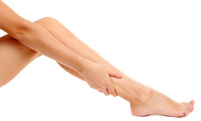 自分の腕で足をつかんでいる画像