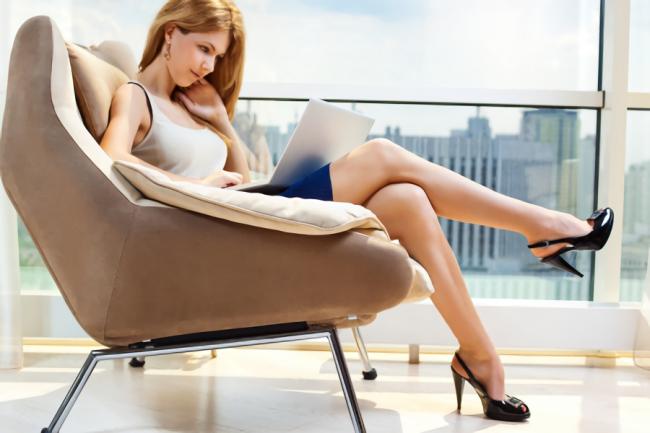 椅子に座って仕事をしている女性